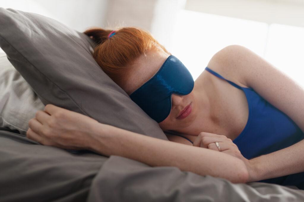 mikra-mistika-gia-na-koimasai-kalitera-woman-sleeping-wearing-mask